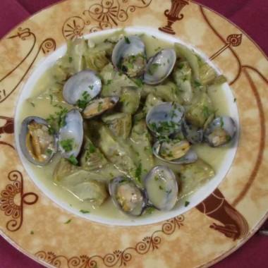 Almejas con alcachofas